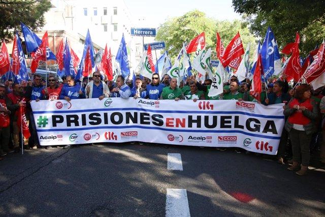 Representantes sindicales de prisiones encadenados frente al Ministerio del Inte