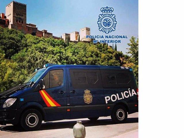 Furgón de la Policía junto a la Alhambra