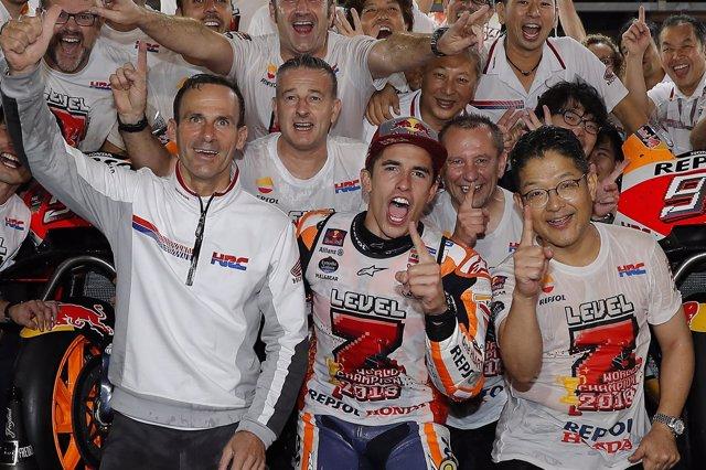 Alberto Puig celebra con Marc Márquez y el equipo el título de MotoGP en Motegi