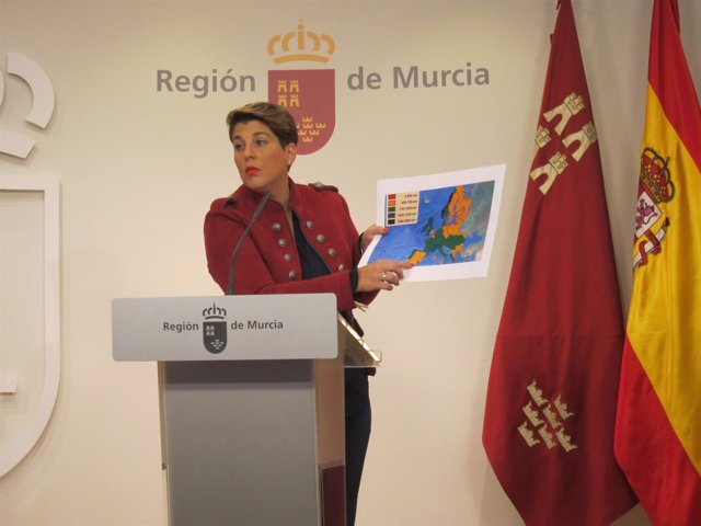 Noelia Arroyo, señala la cuenca del Segura en el mapa