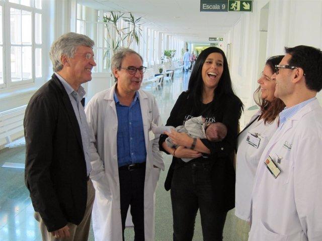 Los Ginecólogos F.Fàbregues Y F.Carmona Con La Paciente Y El Equipo