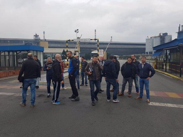 Concentración de trabajadores de Alcoa ante la planta  de A Coruña