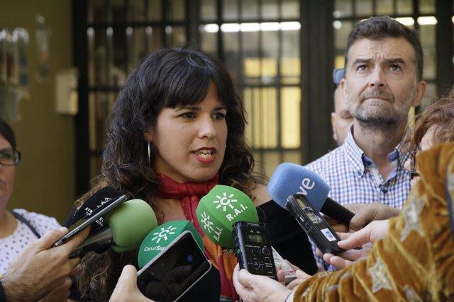 Teresa Rodríguez y Antonio Maíllo, este miércoles, atendiendo a los periodistas