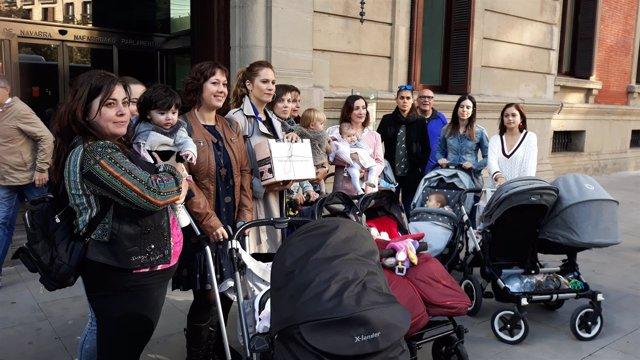 Un grupo de madres en la puerta del Parlamento con las firmas.