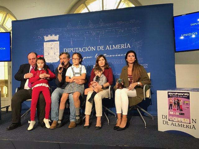 Los niños Mati, Rocío y Darío, que desfilarán este viernes, en rueda de prensa.