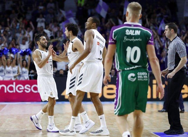 Campazzo, Llull  y Randolph celebran una canasta en el Real Madrid-Unicaja