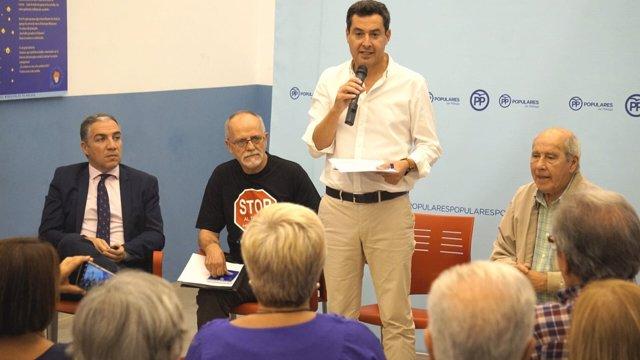 Juanma Moreno, Elías Bendodo en una reunión con vecinos por el metro