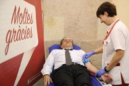 Torra donando sangre en el Parlament
