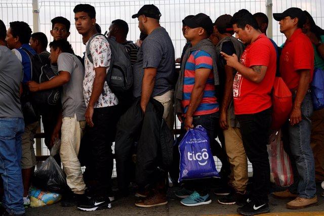Centroamericanos esperando para entrar en México