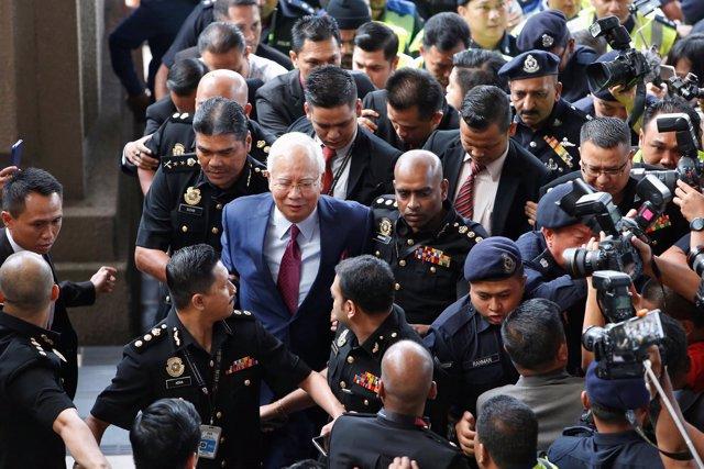 El ex primer ministro de Malasia Nayib Razak llega al tribunal de Kuala Lumpur