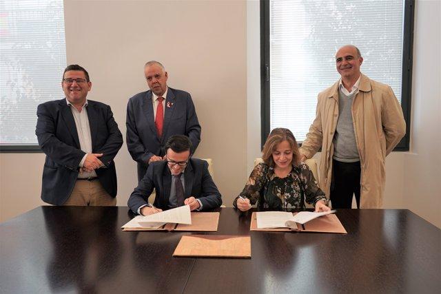 Gallardo y Peña firman el documento.