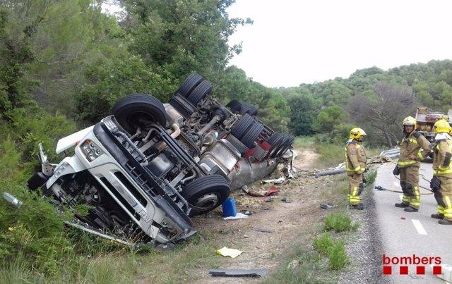 Camión volcado en el margen de la carretera N-IIz (ARCHIVO)