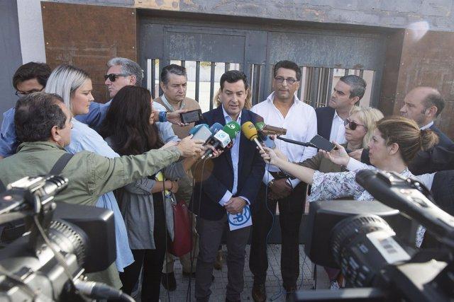 Juanma Moreno en declaraciones a los periodistas en Cádiz