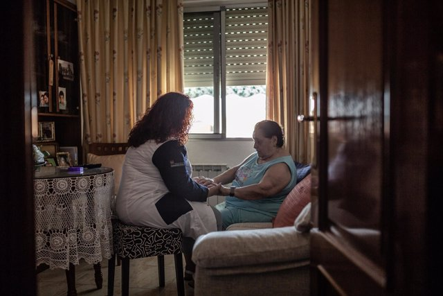 Una mujer auxiliar de asistencia a domicilio