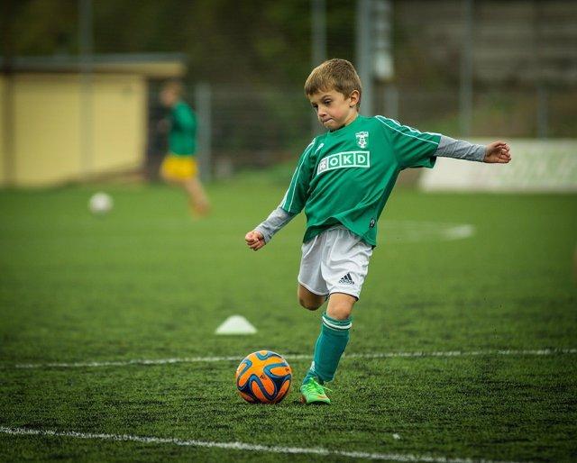 Niño, deporte, hacer deporte, deporte infantil, fútbol infantil
