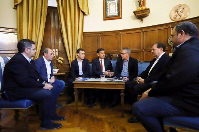 Reunión delegado del Gobierno con alcalde Hellín sobre tren