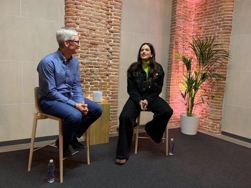 Tim Cook y Rosalía, juntos en Madrid para el lanzamiento de HomePod en español