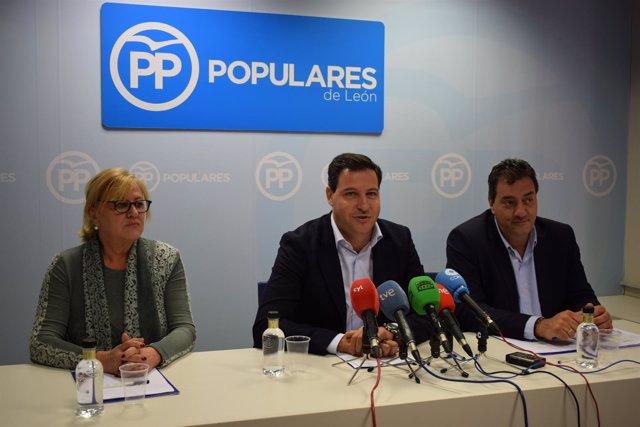 Raúl de la Hoz, en el centro, durante la rueda de prensa