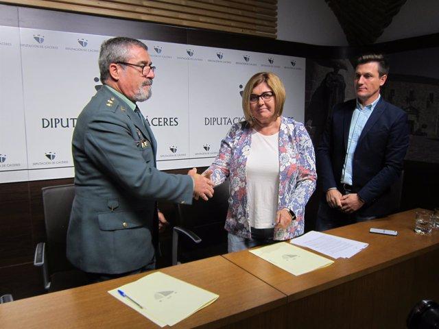 Firma del convenio entre la Diputación de Cáceres y la GardiaCivil