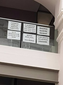 Carteles sobre la escuela de remo en el Pleno de Cibeles