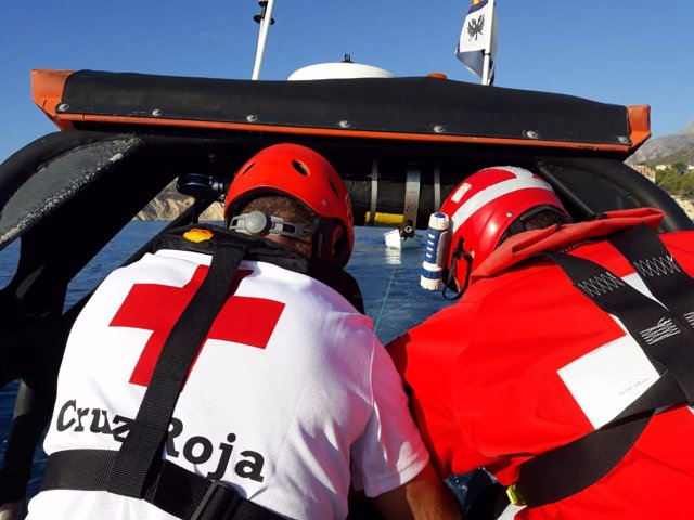 Dos efectivos de Cruz Roja del Mar durante un rescate, de archivo
