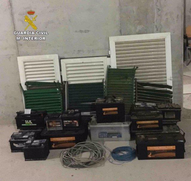 Baterías y material recuperado por la Guardia Civil