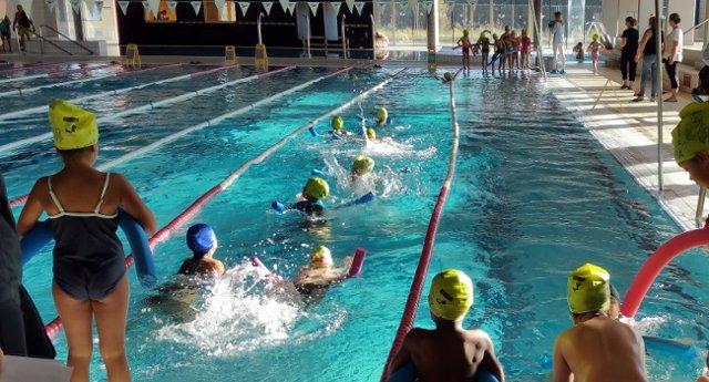 Alumnos en una de las sesiones de natación en Sabadell