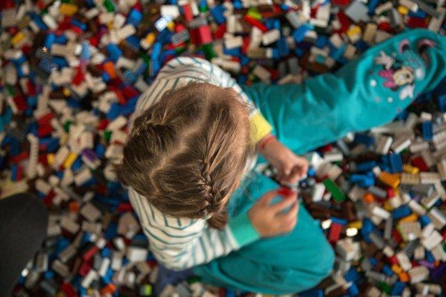Niña jugando con piezas Lego