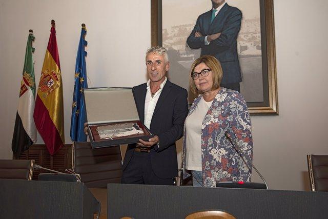 La Diputacoión de Cáceres homenajea a Julio Montero, hijo de la institución