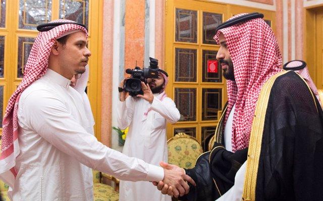 Salá Jashogi, hijo del periodista asesinado, junto al príncipe heredero saudí