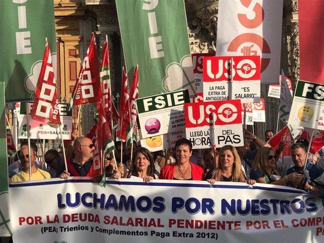 Concentración de trabajadores de la enseñanza concertada en San Telmo