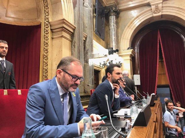 En el centro, el presidente del Parlament, Roger Torrent, en el pleno
