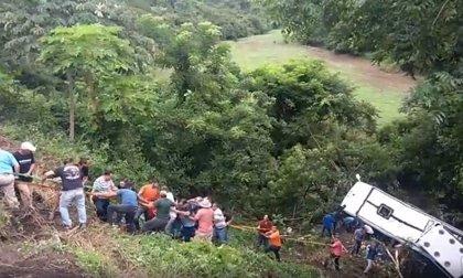 8 muertos y 20 heridos tras precipitarse un autobús en México