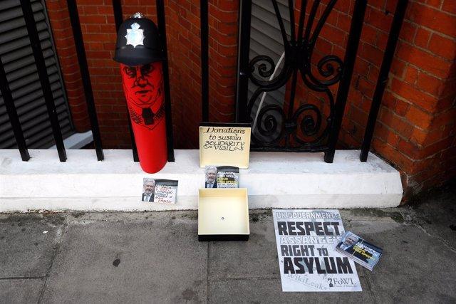 Homenaje a Julian Assange junto a la Embajada de Ecuador en Londres