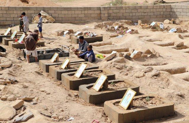 Tumbas de víctimas de un ataque de la coalición saudí en Saada