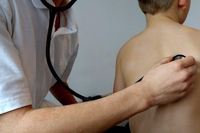 Niño, pediatra, doctor, consulta, auscultar