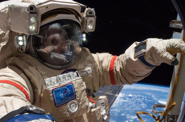 Cosmonauta ruso durante una caminata espacial