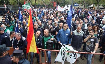 Unos 3.000 pensionistas y funcionarios de prisiones se concentran en Sevilla coincidiendo con el Consejo de Ministros