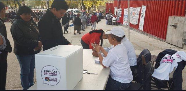 Ciudadanos votando la casilla ubicada en Insurgentes y Reforma, frente al Senado