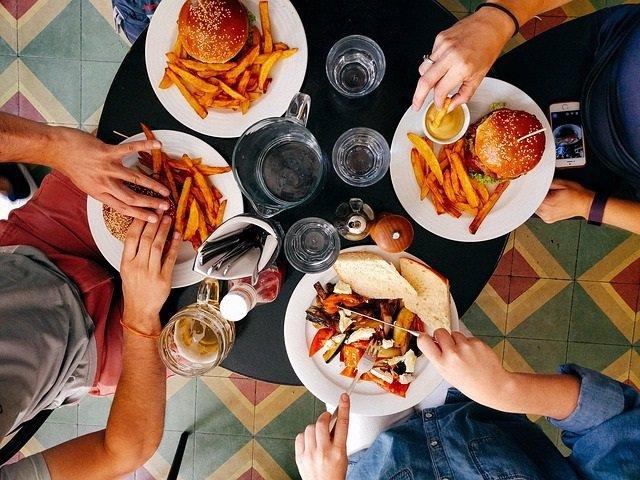 Comida, cena. Comer, hamburguesa, restaurante, amigos