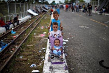 Las ONG piden protección para los 2.300 niños que viajan en la caravana de migrantes