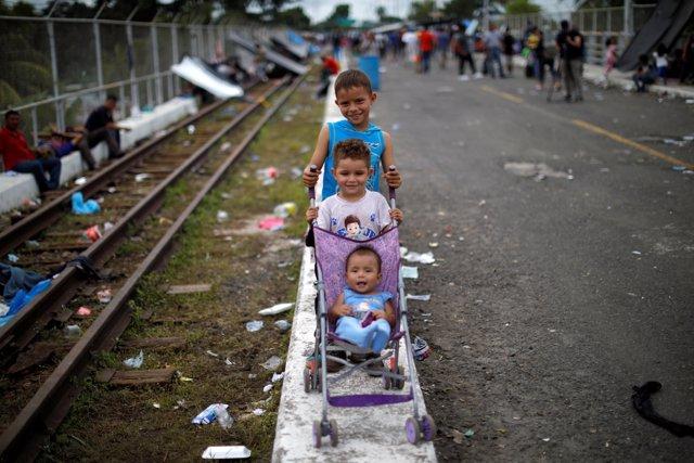 Niños migrantes de la caravana centroamericana