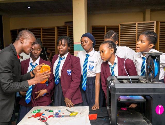 Alumnas con un profesor explicando la impresión 3D