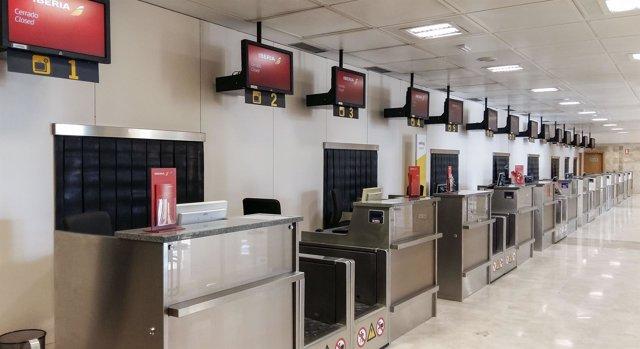 Zona de facturación en el terminal del aeropuerto de Granada