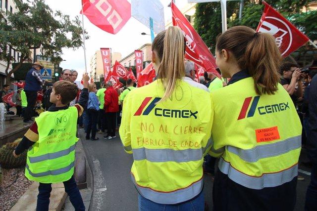 Manifiestación en Almería de trabajadores de la planta de Cemex en Gádor