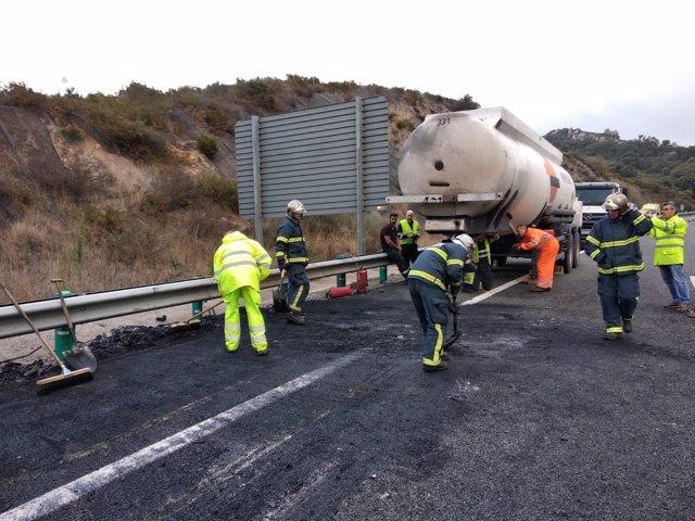 Incendio en un camión con gasolina y gasoil en Los Barrios (Cádiz)