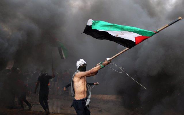 Manifestante con la bandera palestina en la Franja de Gaza