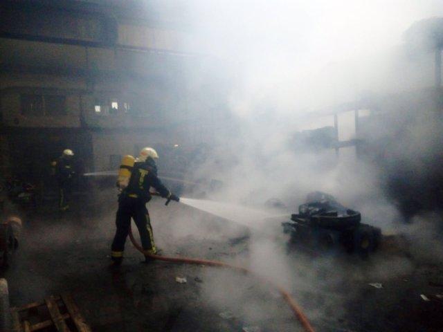 Bomberos intervienen en la extinción del fuego en una empresa de Lakuntza