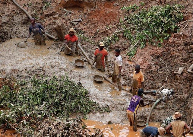 Hombres trabajando en una mina de oro en Ituri