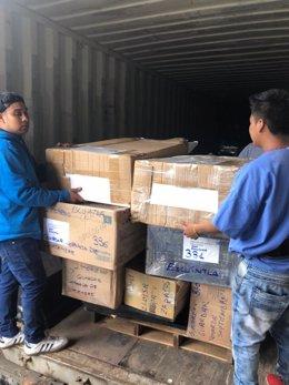 Descarga del contenedor con material enviado a Guatemala por Quesada Solidaria.